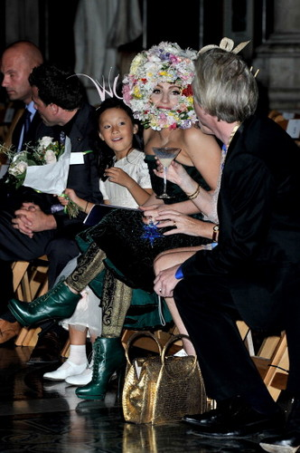 Gaga at Philip Treacy Zeigen