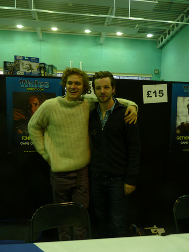 Game of Thrones wallpaper with a sign and a diner entitled Gethin Anthony & Finn Jones @ 2012 Wales Con