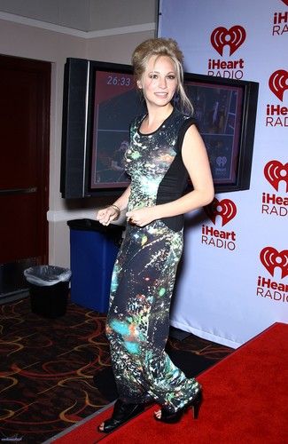 HQ: Candice at the iHeartRadio festival 日 2 - Heading Backstage. {22/09/12}.
