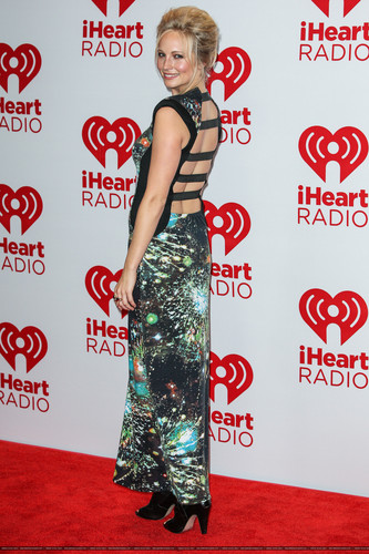 HQ: Candice at the iHeartRadio festival ngày 2 - Press Room. {22/09/12}.