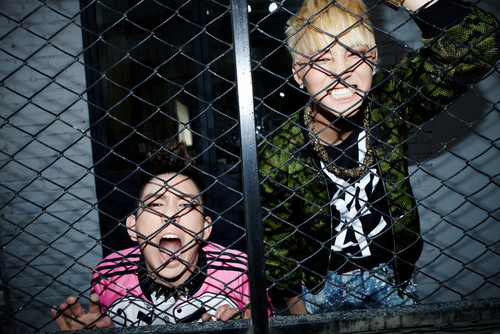 Kpop karatasi la kupamba ukuta containing a chainlink fence and a holding cell titled JJ Project