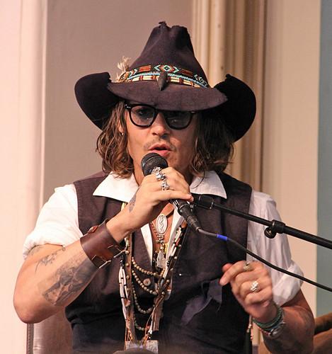Johnny Depp being an एंजल (like always)