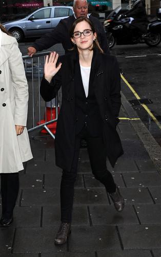 Outside the BBC Radio 1 studios in Luân Đôn (26.09.2012)