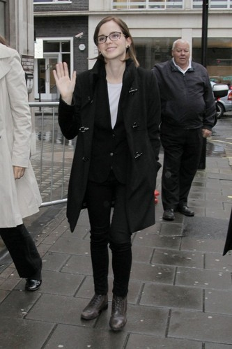 Outside the BBC Radio 1 studios in 伦敦 (26.09.2012)