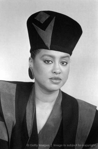 beroemdheden who died young achtergrond with a business suit titled Phyllis Hyman