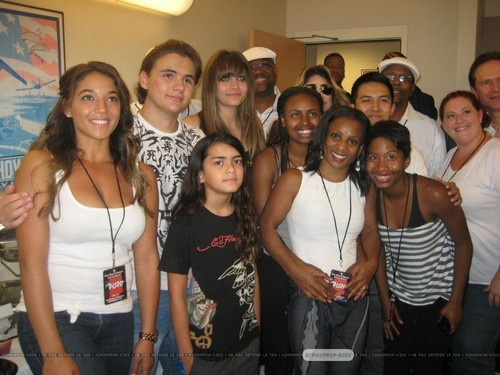 Prince Jackson, Blanket Jackson, Paris Jackson and Latoya Jackson with the شائقین ♥♥
