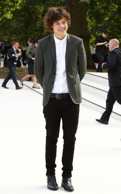 SEP 17TH - HARRY AT burberry LFW S/S 2013 WOMENSWEAR mostrar
