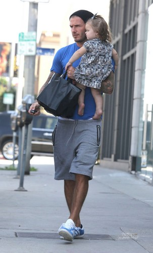 Sept. 25th - LA - David and Harper grabbing 음식 at a restaurant in West Hollywood