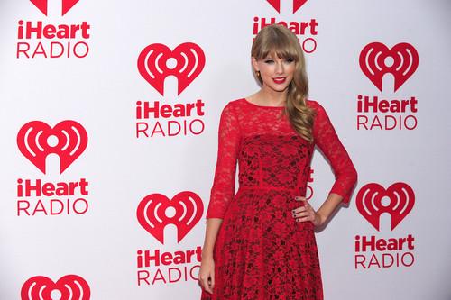 Taylor nhanh, swift at the 2012 iHeartRadio âm nhạc Festival - ngày 2 - Press Room