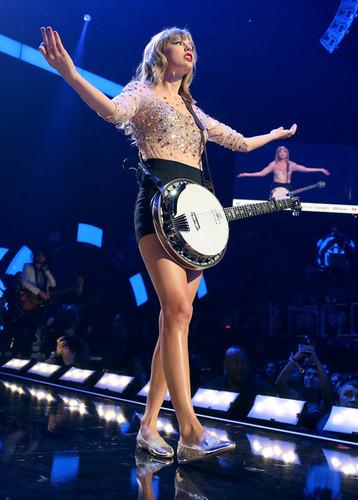 Taylor 迅速, スウィフト at the 2012 iHeartRadio 音楽 Festival - 日 2 - 表示する