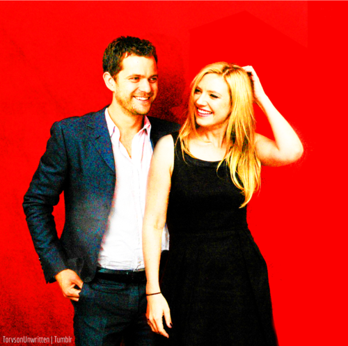 Anna Torv and Joshua Jackson দেওয়ালপত্র probably with a well dressed person, a ককটেল dress, and a business suit titled Torvson সম্পাদনা ♥