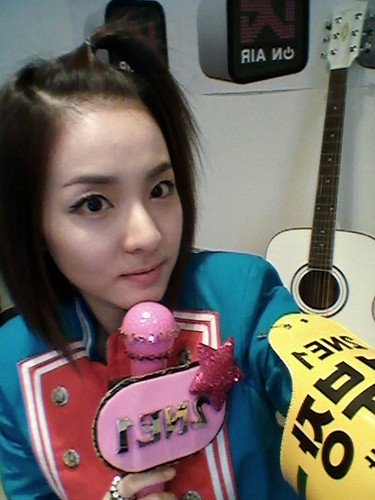 dara 2ne1 with rose mic