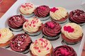 delicious cakes sprinkled with rosa, -de-rosa hearts