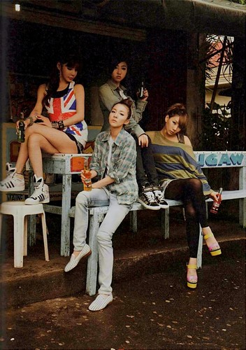 2NE1 foto essay book small 46