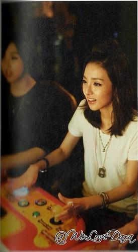 2NE1 scan foto essay book small 23