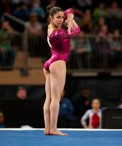 Gymnastics 바탕화면 with a balance beam called Aly Raisman