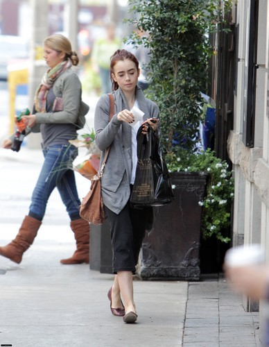 HQ: Lily spotted in Toronto {04/10/12}