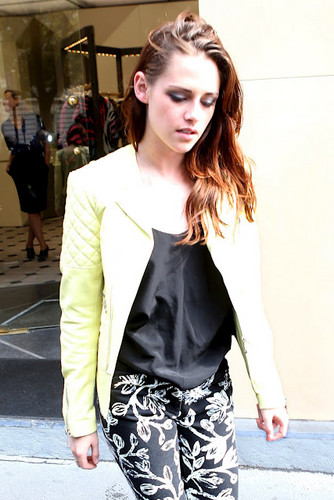 Kristen in Paris for Balenciaga fashion दिखाना