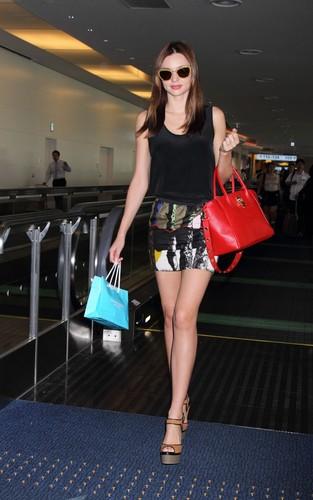 Miranda Kerr shops for bags at the Samantha Thavasa Tokyo shop, September 10 2012
