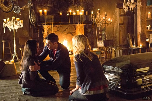 """Promotional Stills - 4x01: """"Growing Pains"""" ."""