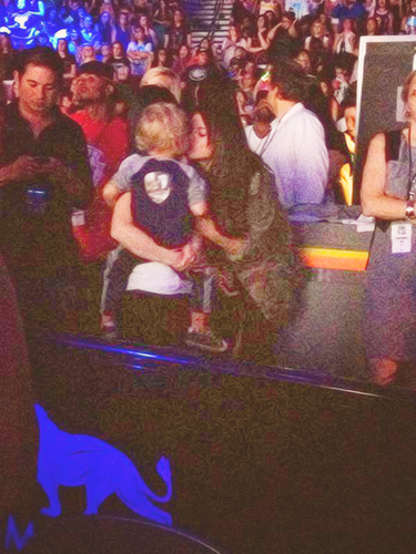 Selena and Jaxon at Justin کنسرٹ