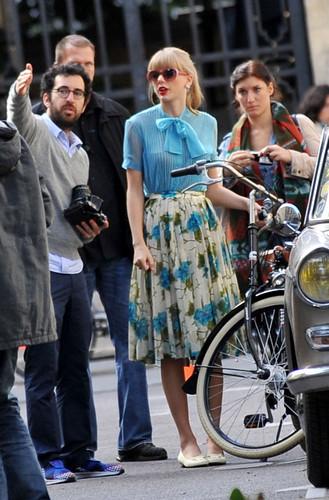 "Taylor 迅速, スウィフト filming ""Begin Again"" 音楽 video in Paris, France 01102012"