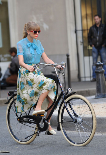 "Taylor 迅速, スウィフト filming ""Begin Again"" 音楽 video in Paris, France 01102012"