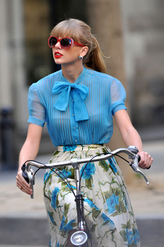"Taylor সত্বর filming ""Begin Again"" সঙ্গীত video in Paris, France 01102012"