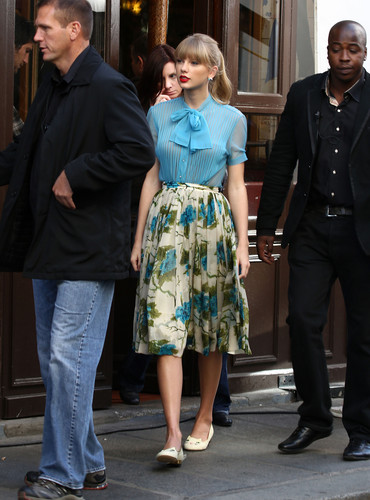 "Taylor cepat, swift filming ""Begin Again"" musik video in Paris, France 01102012"