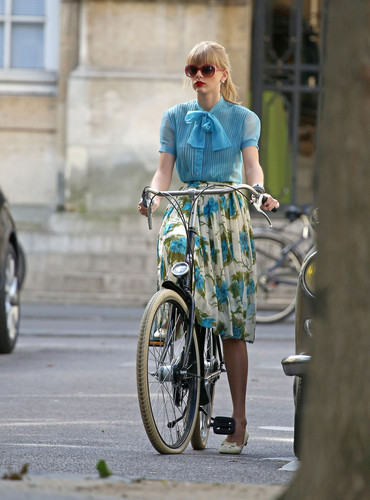 "Taylor pantas, swift filming ""Begin Again"" Muzik video in Paris, France 01102012"