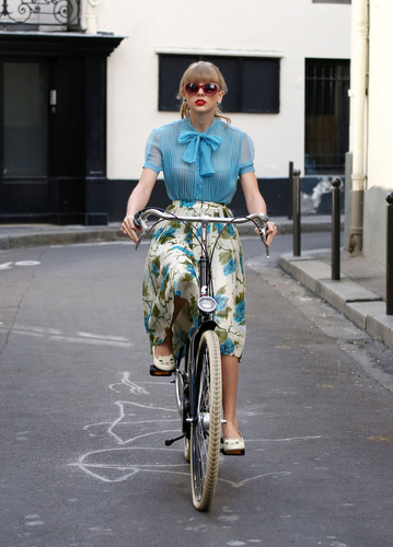 "Taylor nhanh, swift filming ""Begin Again"" âm nhạc video in Paris, France 01102012"