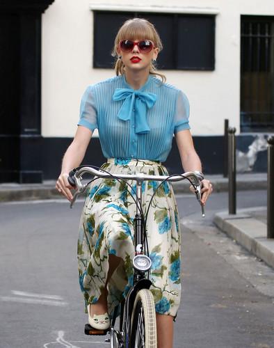 "Taylor mwepesi, teleka filming ""Begin Again"" muziki video in Paris, France 01102012"