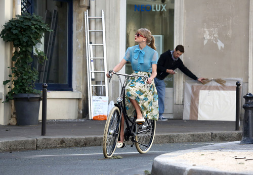 "Taylor সত্বর filming ""Begin Again"" সঙ্গীত video in Paris, France 01102012"