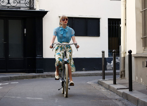 "Taylor snel, swift filming ""Begin Again"" muziek video in Paris, France 01102012"
