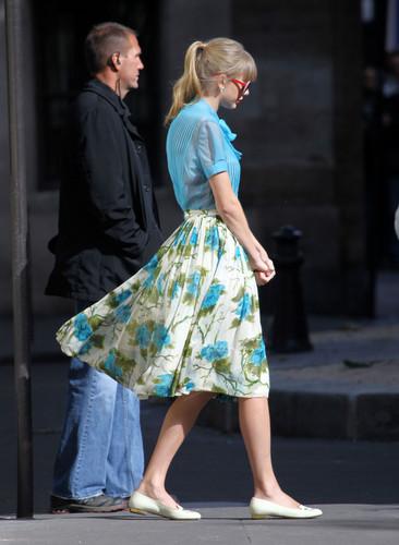 "Taylor rápido, swift filming ""Begin Again"" música video in Paris, France 01102012"