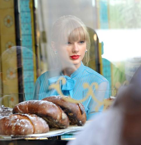 "Taylor быстрый, стремительный, свифт filming ""Begin Again"" Музыка video in Paris, France 01102012"