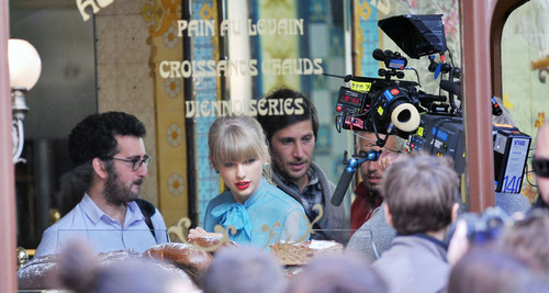 """Taylor schnell, swift filming """"Begin Again"""" Musik video in Paris, France 01102012"""