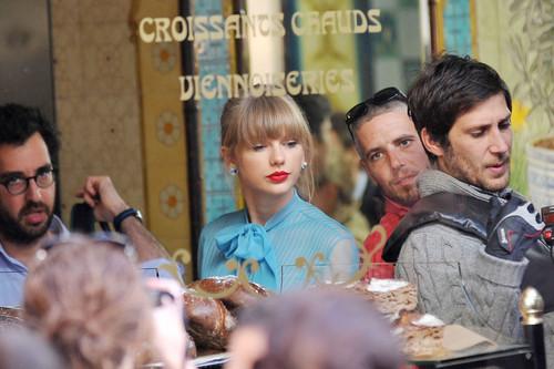 "Taylor cepat, swift filming ""Begin Again"" musik video in Paris, France 01102012"