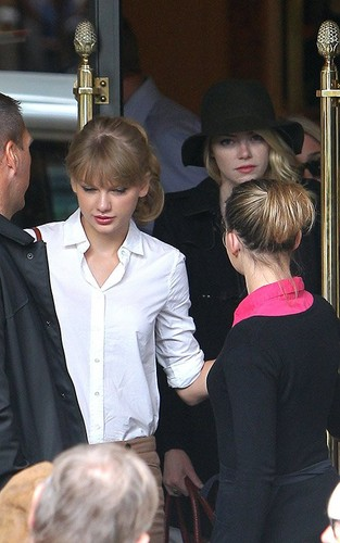 Taylor schnell, swift At Carette cafe in Paris, France 02102012