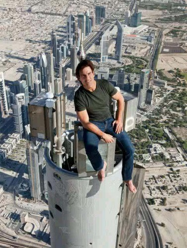 Tom at the VERY سب, سب سے اوپر of the Burj Khalifa!! WOW!!