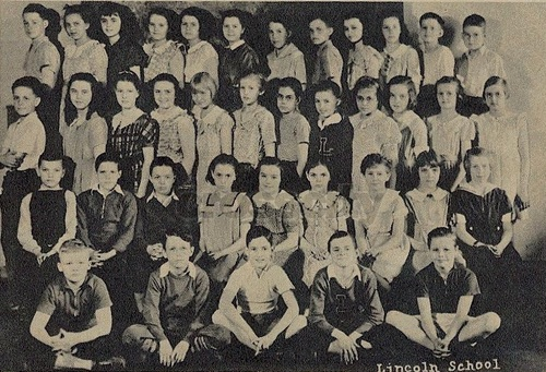 Young Marlon Brando seated in the far right, in the first row, in this sixth grade 照片 at Lincolin