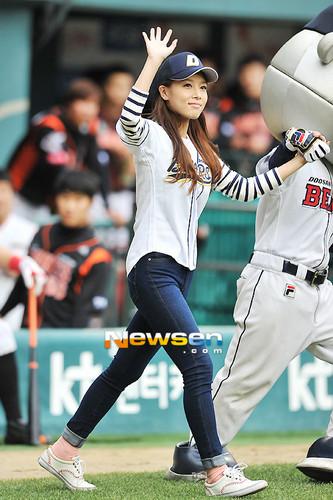 Yubin for the opening pitch for Doosan kubeba