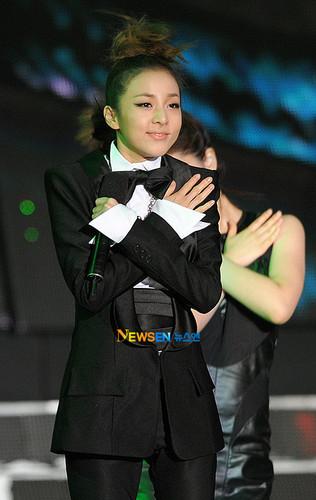 dara 2NE1 in black suit