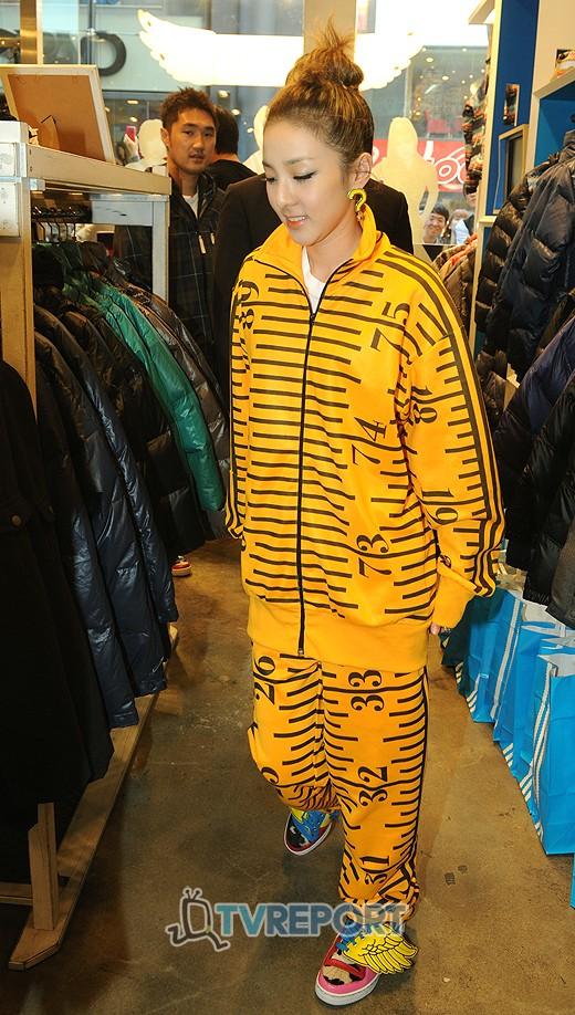 dara 2ne1 yellow jeremy scott