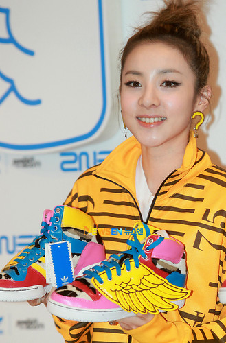 dara 2ne1 yellow jeremy scott