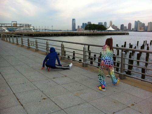 dara and minzy 2ne1 jogging for konsiyerto stamina