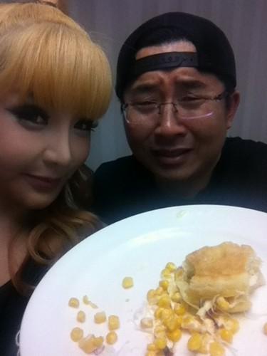 hwang sabu caught bom eating maïs belegd broodje, sandwich