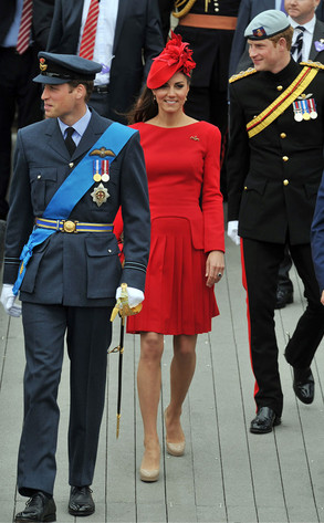 Prinz William Hintergrund with uniform, regimentals, and a full dress uniform called kate william harry