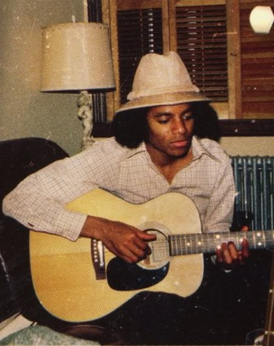 19 an OLD MICHAEL PLAYING guitare