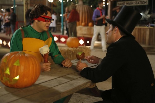 "뉴 걸 바탕화면 probably containing a 호박 and a 호박 titled Episode 2x06 - ""Halloween"" - Promotional Pics"